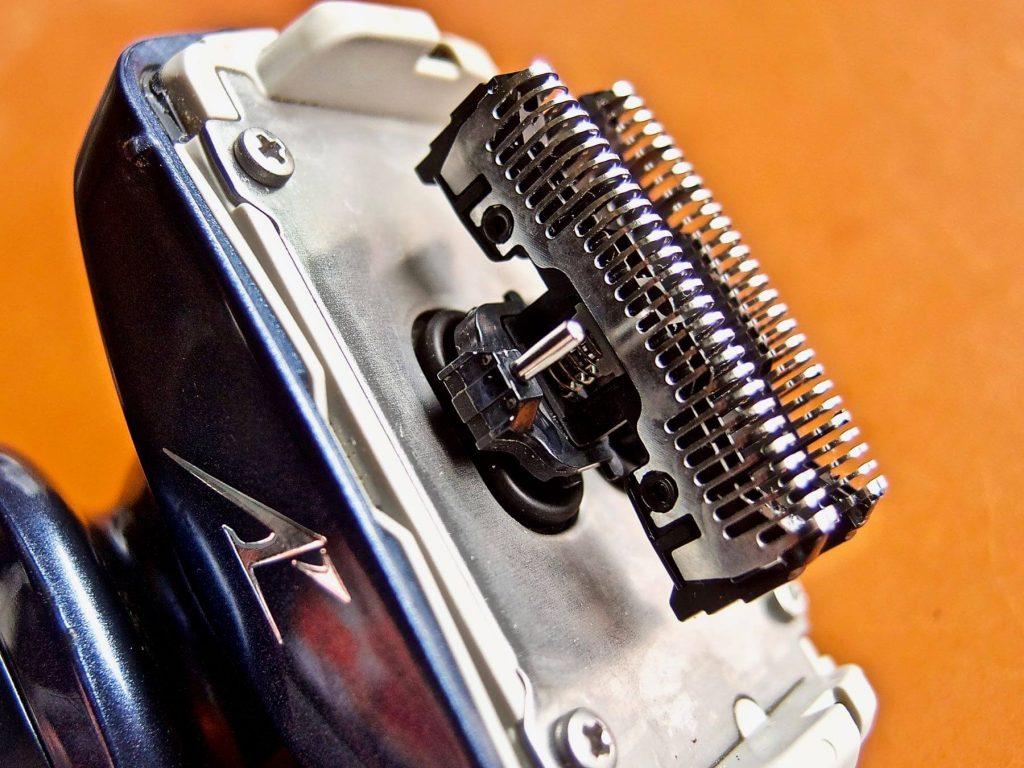 [0083] ボタン一つでシェイバーの汚れと匂いをキレイに除去!! ラムダッシュ 洗浄充電器が超オススメ!!