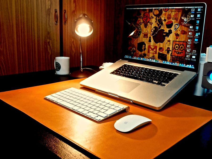 [0110] 無機質な机をぬくもりのある革のデスクマットで彩ろう