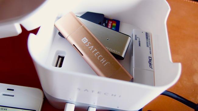 16 Satechi Smart charging station