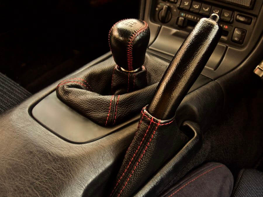 [0183] MR2補完計画 『その3』シフトブーツとサイドブレーキカバーを黒革 赤ステッチ化してみる
