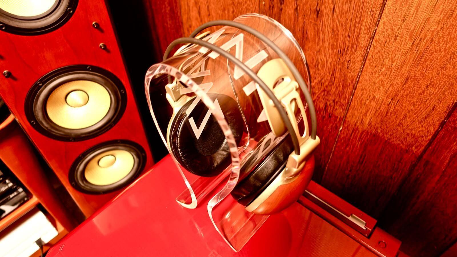 0080 OMEGA type headphone stand BRAINWAVZ review 09