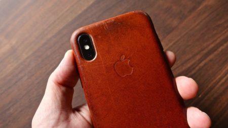 [0215] iPhone 純正レザーケース 新品から1年6ヶ月後までの経年変化の移り変わりを時間を追って紹介