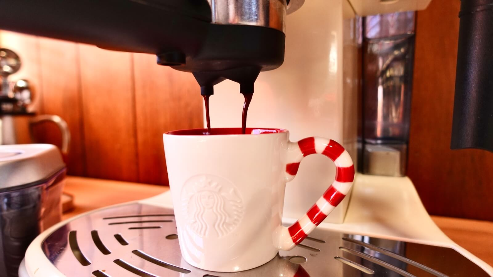 Delonghi Espresso Machine ECM300J Espresso Extracting