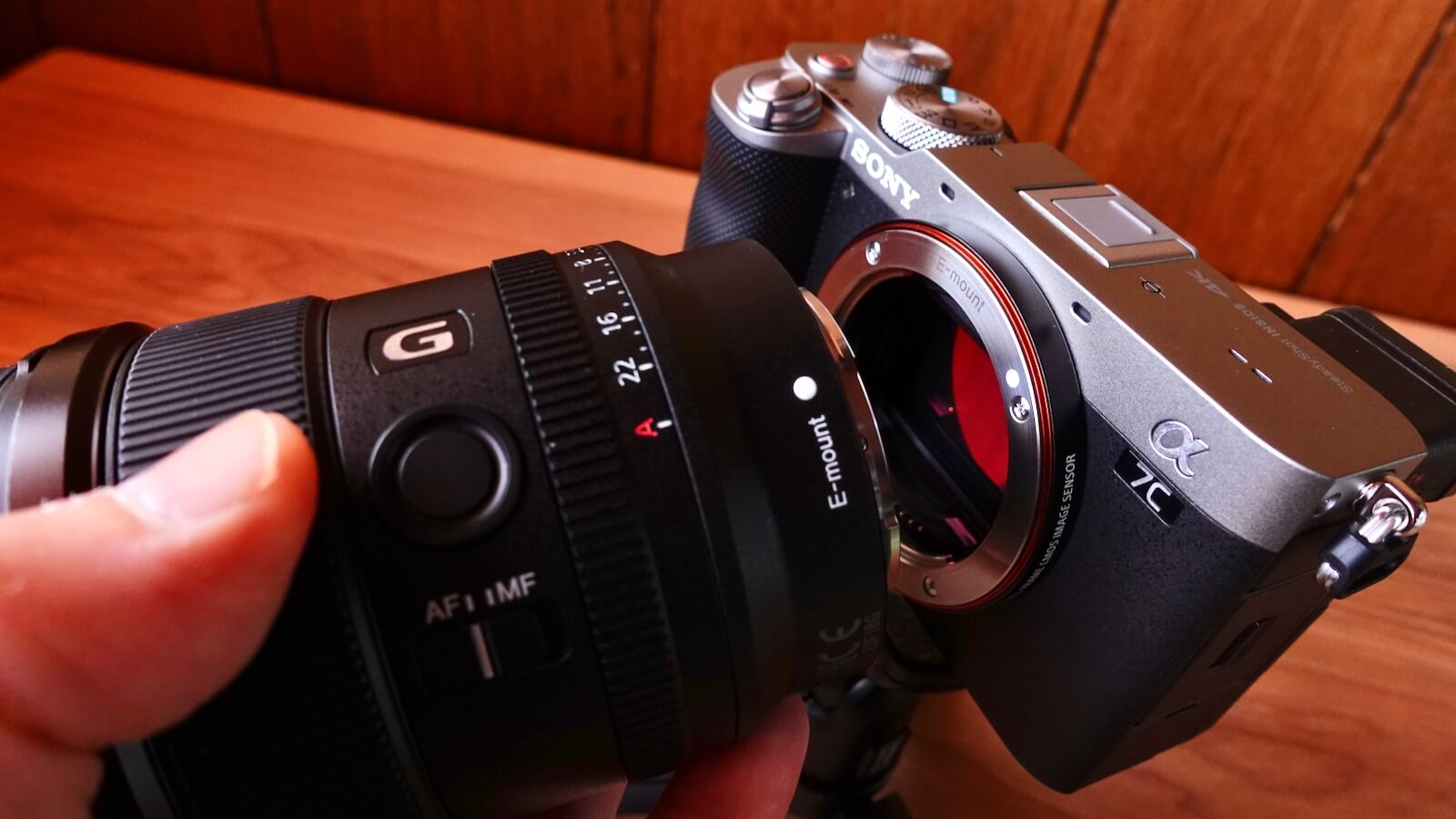 Photo of attaching SEL20F18G to SONY α7c